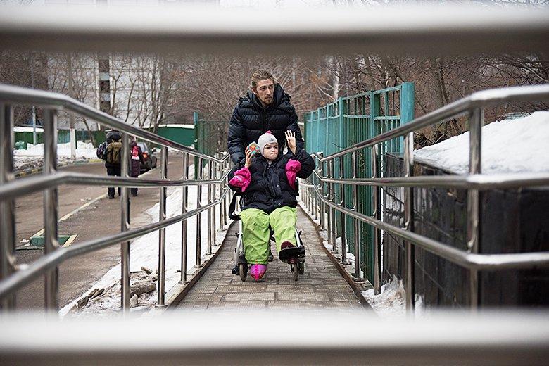 4. Оля с Ильей Лариным, одним из любимых волонтеров Домика