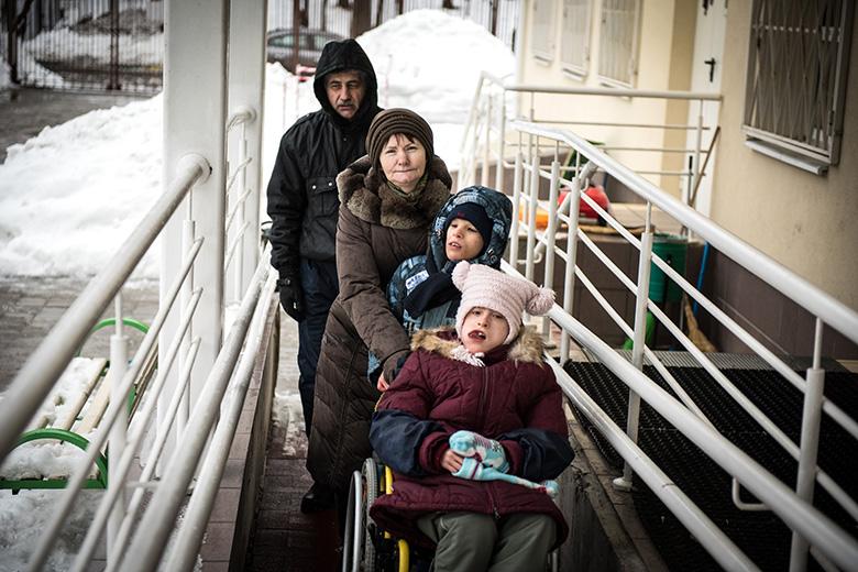 1. Даня, Настя и воспитатели Домика выходят на прогулку