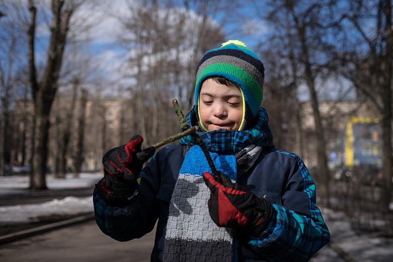 3. Играть с палочками, стучать, разглядывать их Вовка научился на занятиях музыкой в ЦЛП