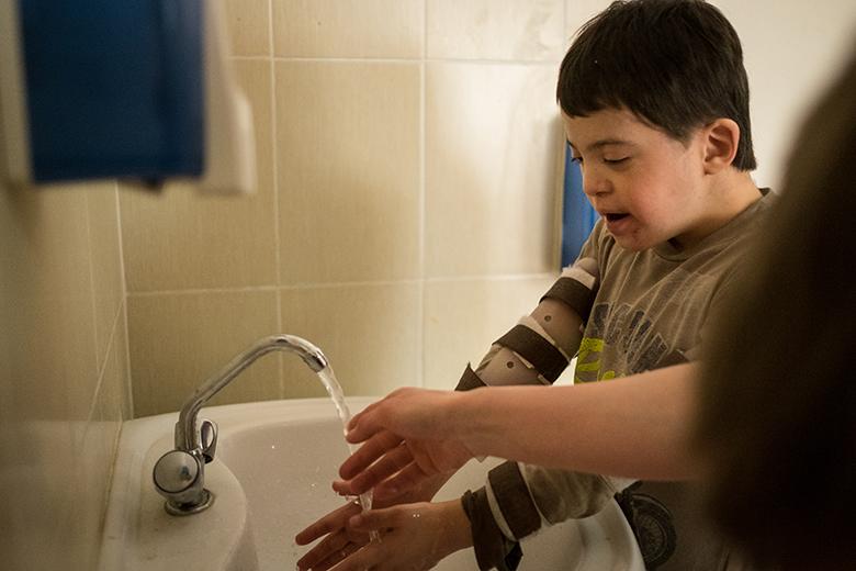 10. Главное Вовкино увлечение и развлечение – мыть руки, плескаться, открывать и закрывать кран