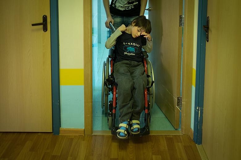 3. Пока большую часть времени Федя перемещается на инвалидной коляске