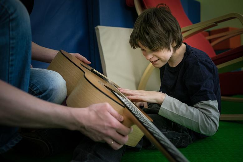 5. Со временем Федя научился протягивать руку. Сначала для того, чтобы потрогать струны гитары и клавиши пианино. Федя очень музыкальный