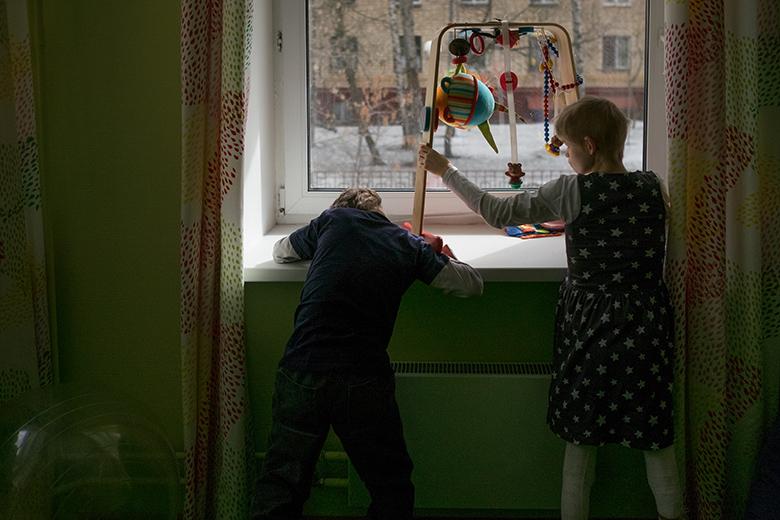 9. Это тоже фотография из области чуда: Федя и Оля, всю жизнь пролежавшие в кроватях в интернате, стоят у окна