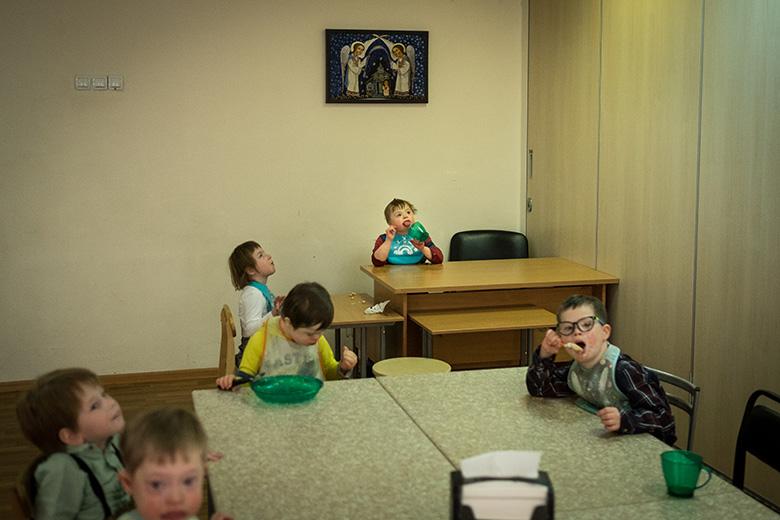 6. Все в Антошкиной группе научились есть самостоятельно – обычное дело для детей домашних, но огромный прорыв для воспитанников сиротского учреждения