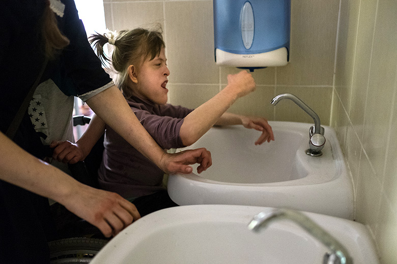 10. Настя многое может сама: открывать и закрывать кран, мыть руки, чистить зубы, убирать со стола