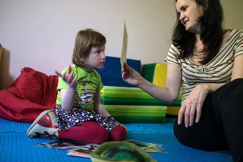 7. С детьми Домика занимаются воспитатели, двигательные терапевты, дефектологи Центра лечебной педагогики