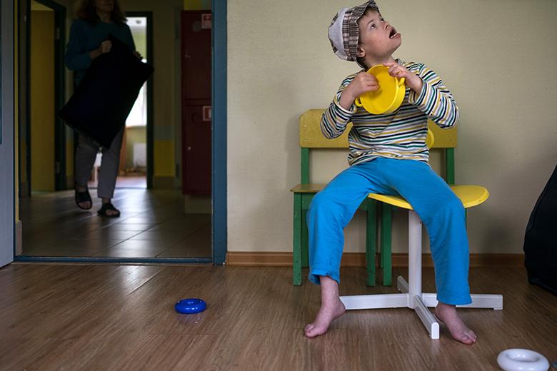 4. Раньше Миша совсем не играл с игрушками – просто не понимал, что это такое