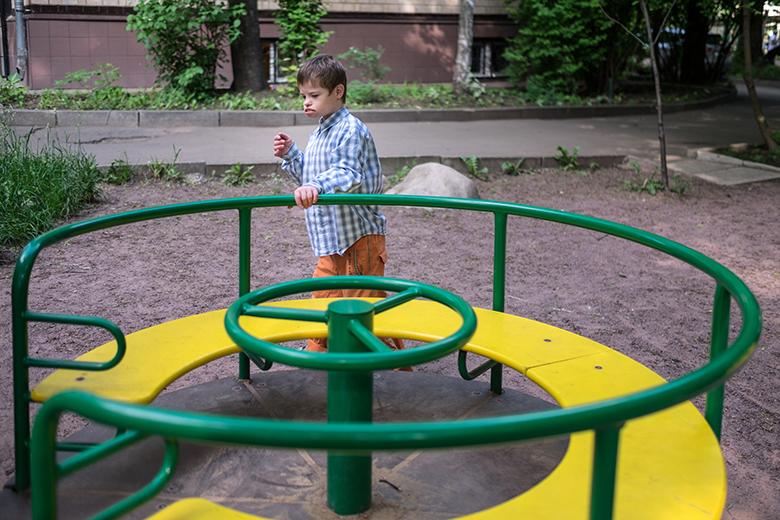 9. Воспитатели Домика стараются гулять с детьми на обычных районных площадках. С изоляцией давно покончено