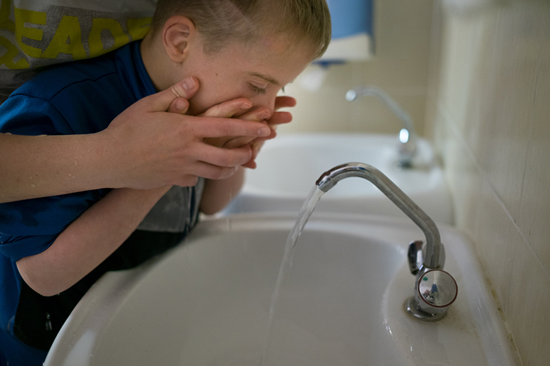 3. Умываются «рука в руке» – так потихоньку Сережа научится умываться самостоятельно