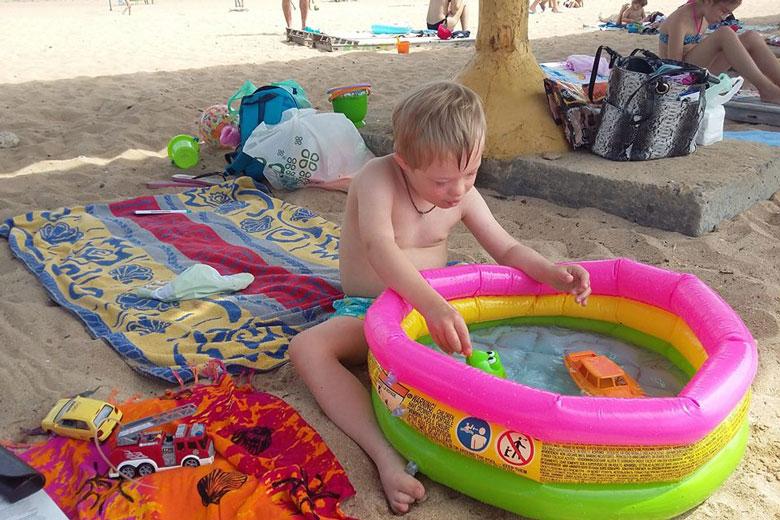 10. Купаться в море Архип не решался, зато плавал на лодке и плескался в надувном бассейне