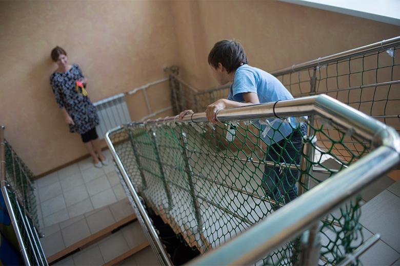 2. Ходить по лестнице очень тяжело, но, когда внизу ждет любимая Аля, Коля готов на все