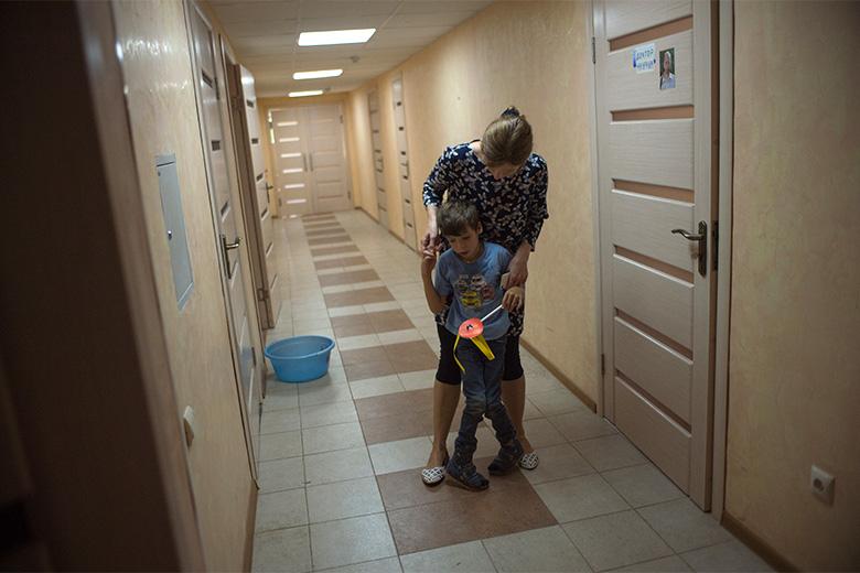 4. Ходить без опоры пока не получается, но все помогают Коле и верят, что он скоро научится ходить самостоятельно