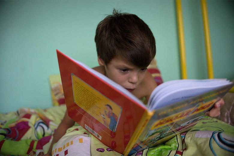 5. Коля очень любит книжки, может подолгу их рассматривать и листать