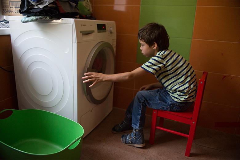 6. Таких фотографий у Коли сотни: стиральная машинка – любимый агрегат