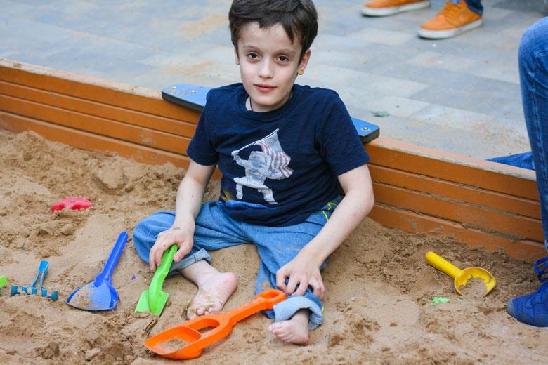 4. Игры в песочнице едва ли заинтересуют 10-летнего мальчика, но Гор сейчас наверстывает все, что не успел сделать в детстве