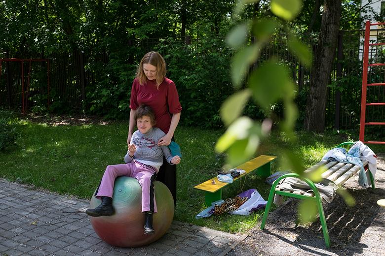 2. Все дети Домика любят сидеть и прыгать на фитболе