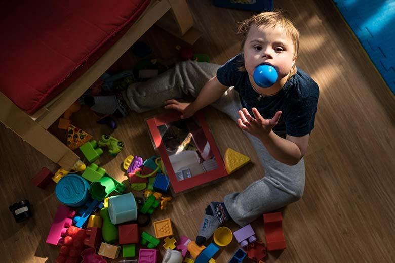 6. Самую любимую игрушку Антошка всегда норовит засунуть в рот