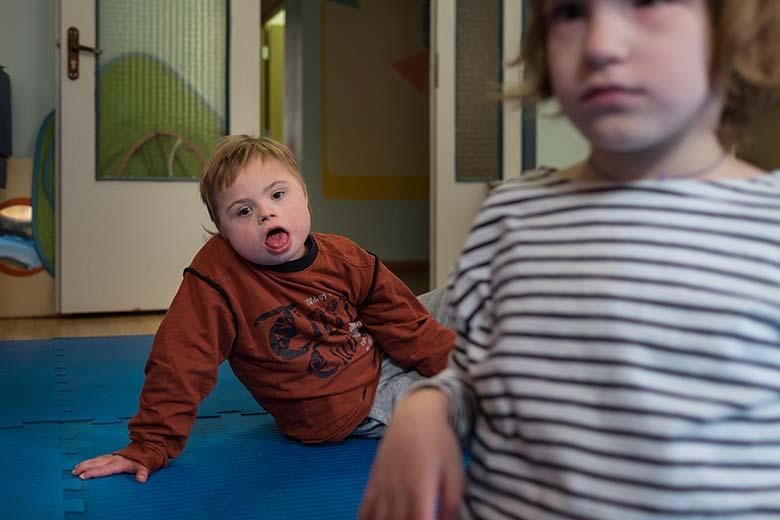 10. Антон много времени проводит в игровой комнате со своей подружкой Наташей