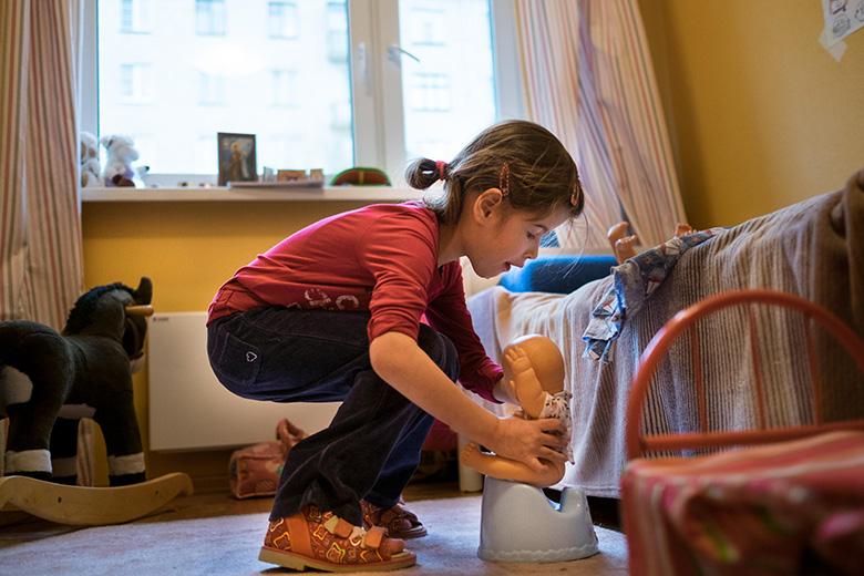 6. Не все дети в Домике умели играть в игрушки – Вика сажает кукол на горшок, знает, как скакать на лошадке-качалке