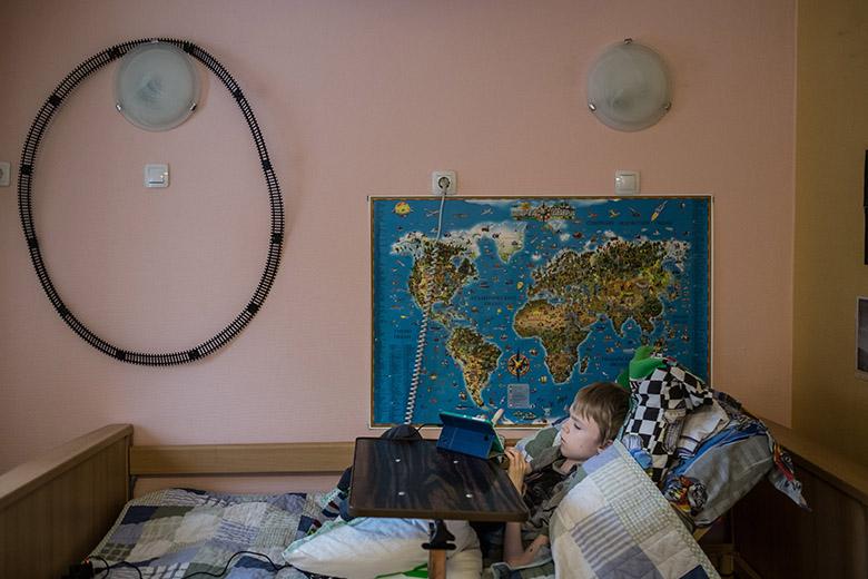 2. В жизни Леона появилось все то, что есть у обычных домашних детей: компьютер, школа, машинки, конструкторы, карта на стене
