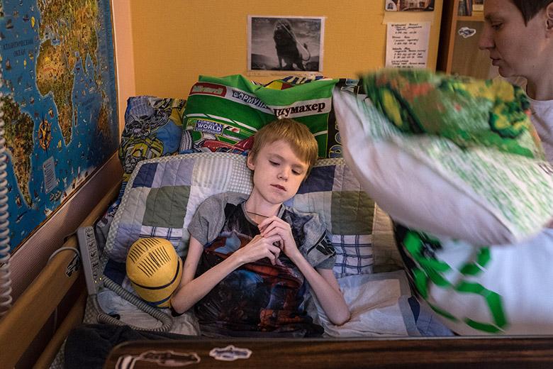 3. В Домике Леону сразу подобрали множество подушек, чтобы лежать было удобно и безопасно