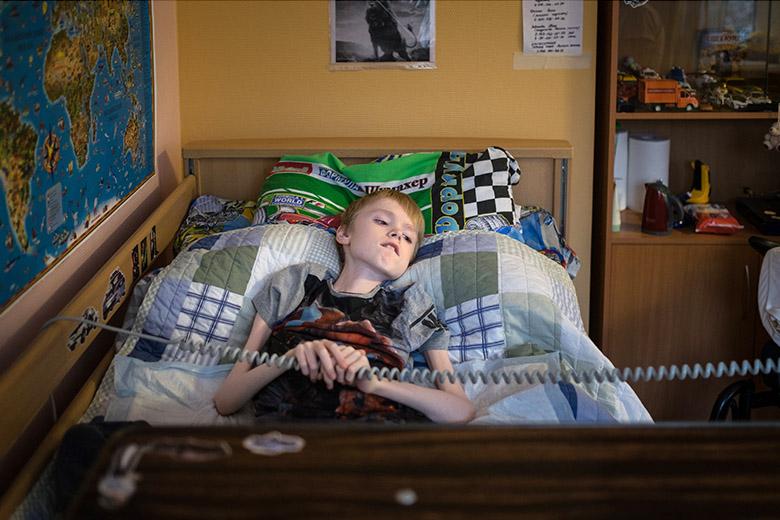 4. Три дня в неделю Леон ездит в школу, а два оставшихся дня занимается с учительницей по скайпу