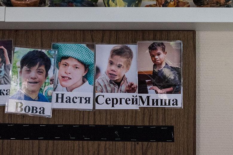 1. Стенд с фотографиями Миши и его одногруппников