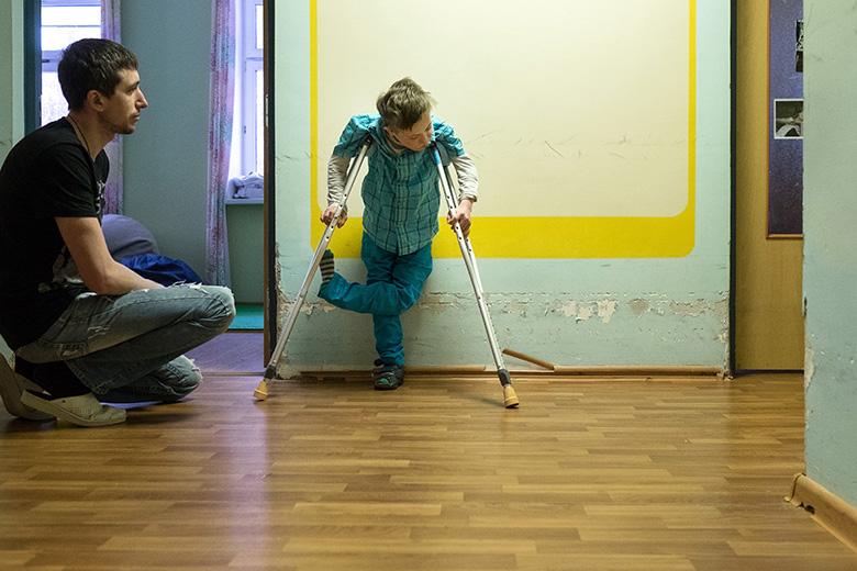 Держать равновесие, стоя на костылях, очень непросто. Пока Даня тренируется у стены