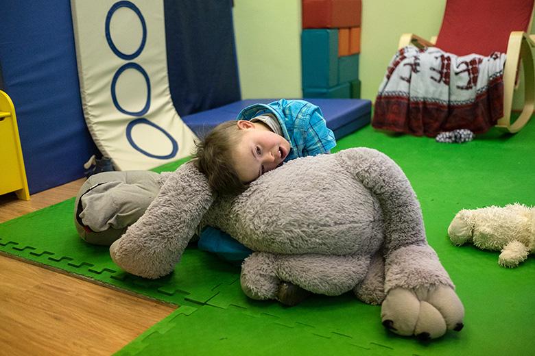 Невероятно терапевтическая игрушка: большая, тяжеленькая, мягкая, пушистая. Дане очень нравится
