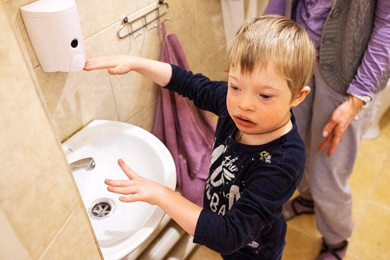 7. Архип теперь сам моет и вытирает руки – простых бытовых навыков у него очень много