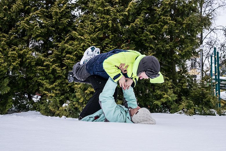 В интернате гулять выводили редко. О том, что разрешат валяться в снегу, и речи не было, а здесь, с Аленой, все можно