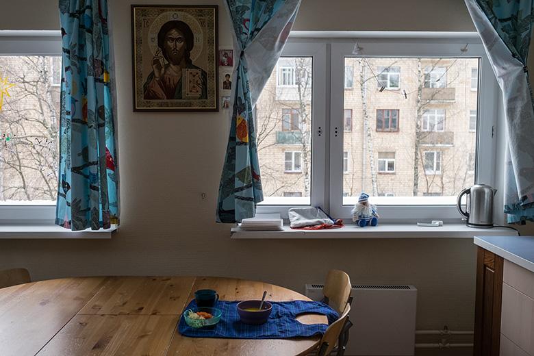В интернатах детей часто кормят прямо в кроватях, а в Домике Сережа ест сам
