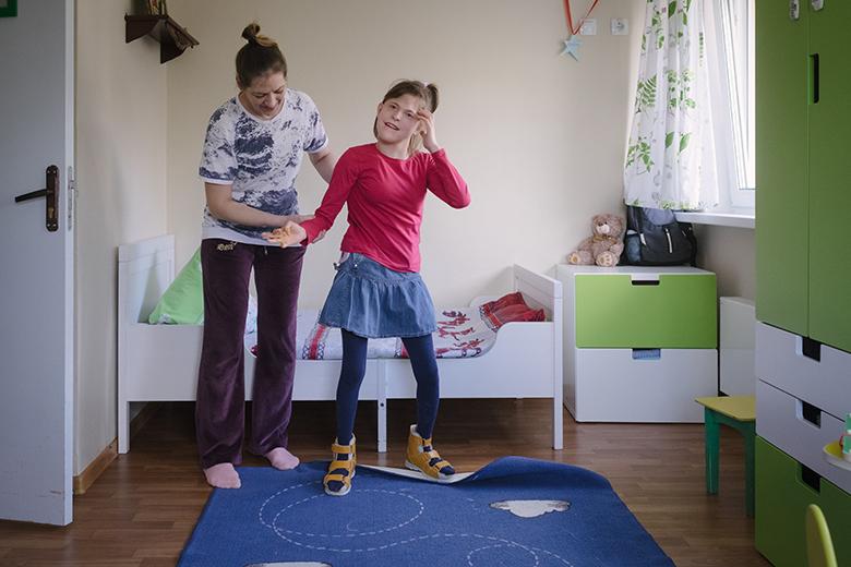 Почти все время Настя вынуждена носить корсет – спина в вертикальном положении стала сильно искривляться, так что ходит Настя сейчас мало и с поддержкой
