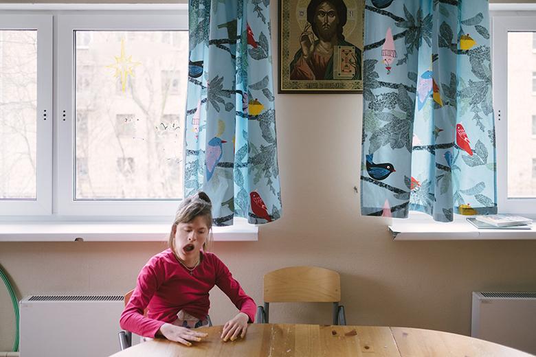 Благодаря корсету Настя может сидеть за столом самостоятельно