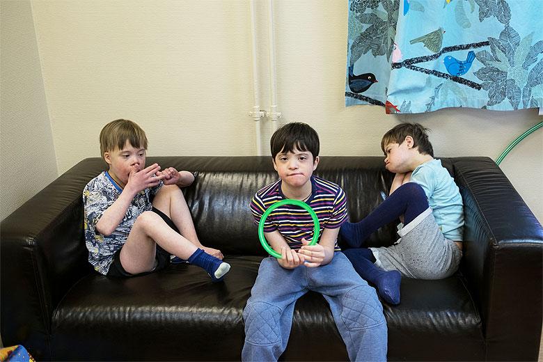 В государственном интернате Вовке связывали руки, а в Домике научили играть с зеленым обручем