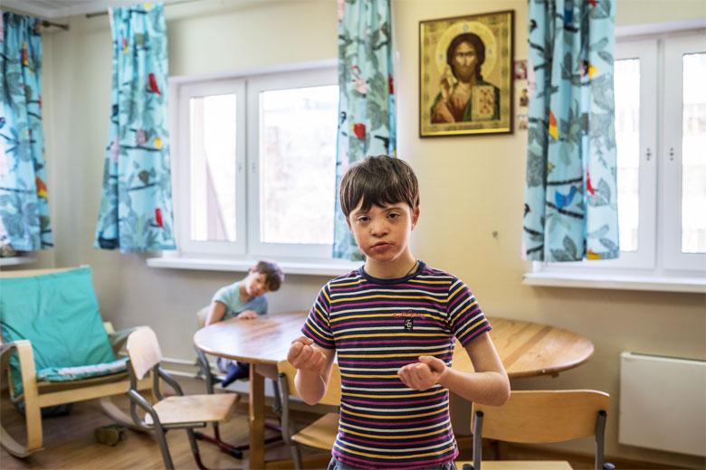 Домик – православное заведение, так что Вовка ходит на службы, участвует в молитвах перед трапезами
