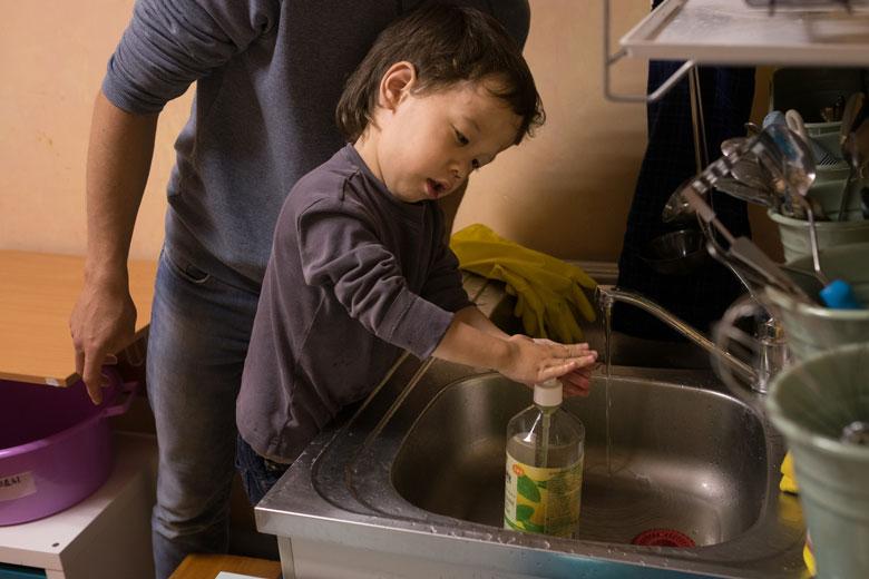Сережа умеет мыть руки, открывать и закрывать кран, вытираться полотенцем