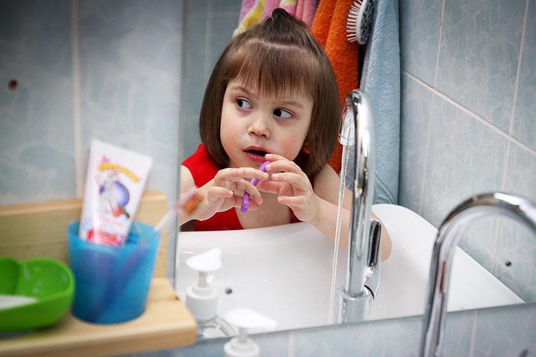 Самостоятельно чистить зубы Ангелину научили в Домике