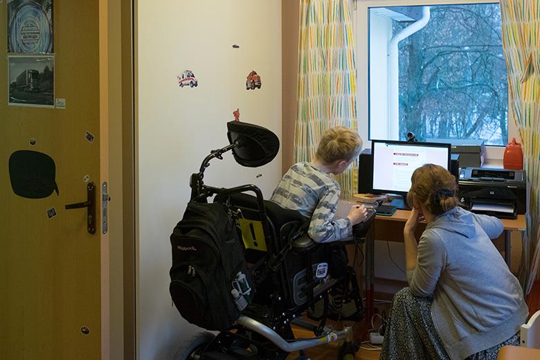 Леон ловко управляется с компьютером, часть его уроков проходит по скайпу