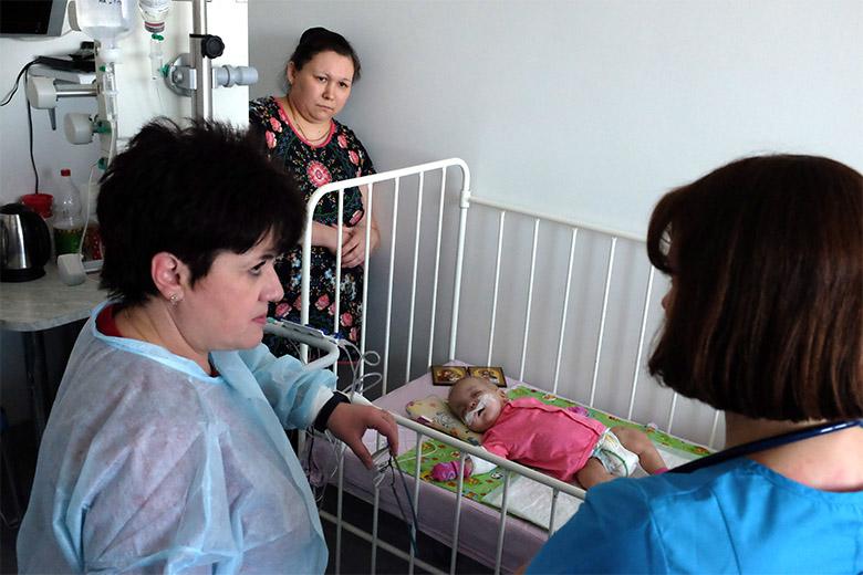 Осмотр и обсуждение лечения подопечной Русфонда Карины Николаевой