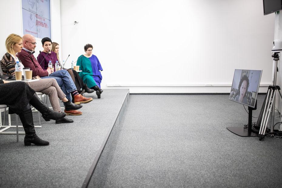 Справа налево: Александра Ливегант, Софья Жукова, Екатерина Шергова, Валерий Панюшкин, директор московского филиала благотворительной организации «Ночлежка» Дарья Байбакова. По видеосвязи: Мария Черток, директор фонда развития филантропии «КАФ»