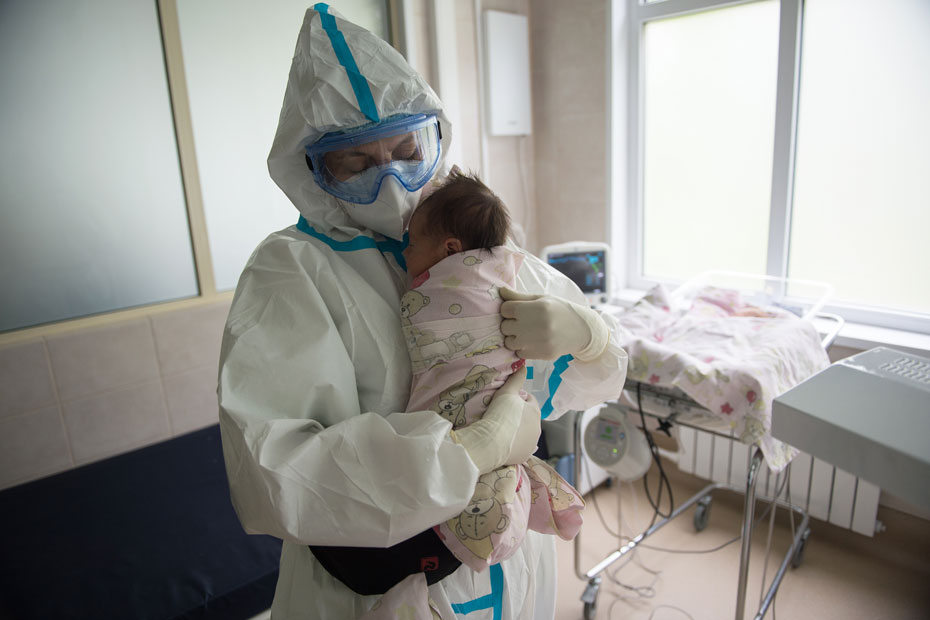 Передача коронавируса от матери при родах – вещь недоказанная. Поэтому далеко не у всех детей здесь подтвержденный COVID-19