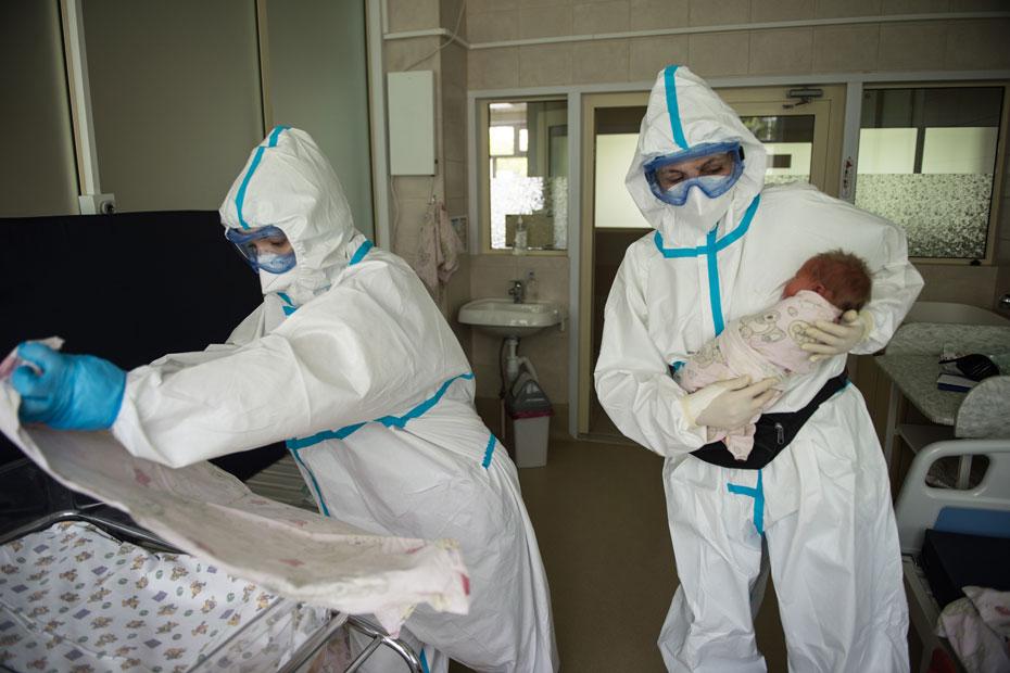Шестикурсница Московского медико-стоматологического университета Дарья (на фото слева) попросилась в больницу на практику
