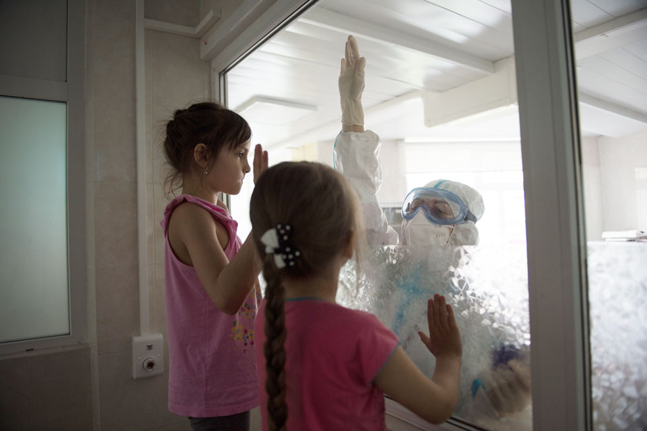 Девочкам скучно в инфекционном боксе. Они стучат по стеклу, и постовая медсестра приходит поиграть