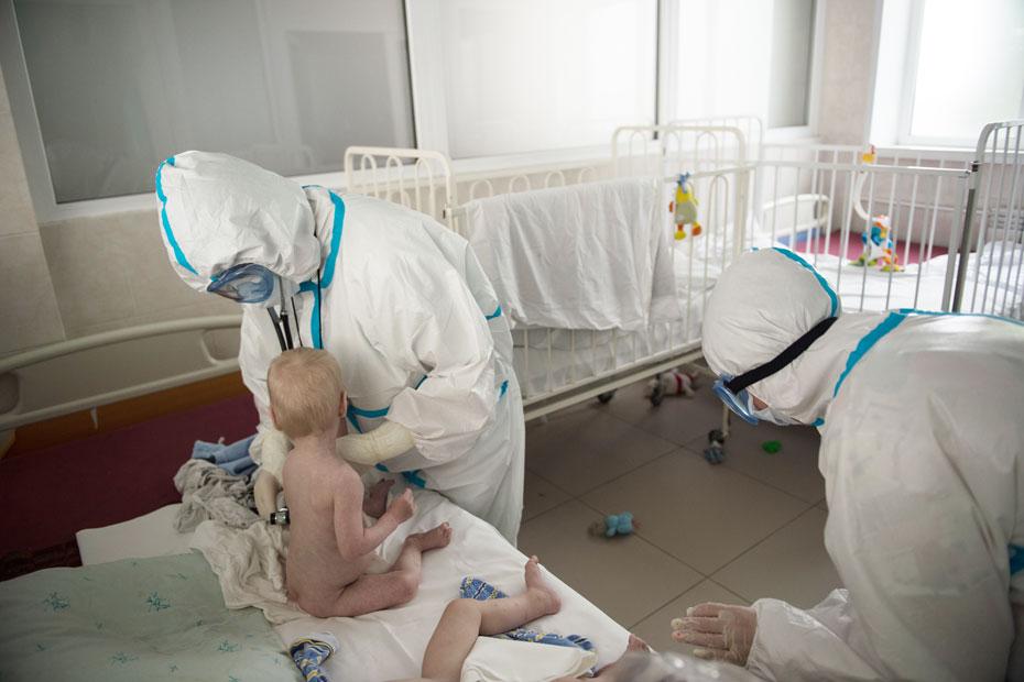 Два брата из детдома контактировали до болезни. Поэтому и в больнице они лежат вместе