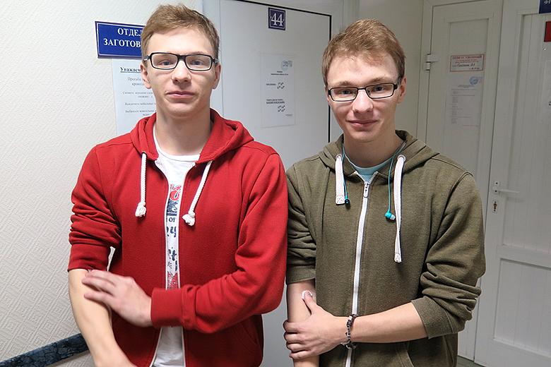 Студенты-третьекурсники Сургутского нефтяного техникума Денис и Дима Яблучанские после сдачи крови для типирования