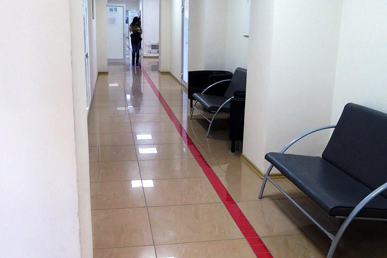 Красная линия – нечто среднее между струйкой крови и ковровой дорожкой – указывает путь донорам