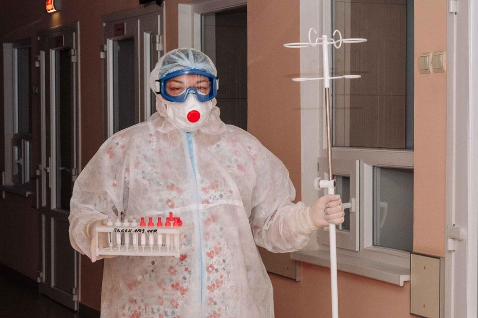 Сотрудница Областной детской клинической больницы №2 Воронежа в одноразовом комбинезоне «Каспер»