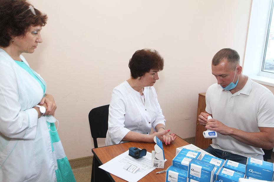 Главный врач поликлиники Лилия Мухаметгатова (в центре) принимает поставку