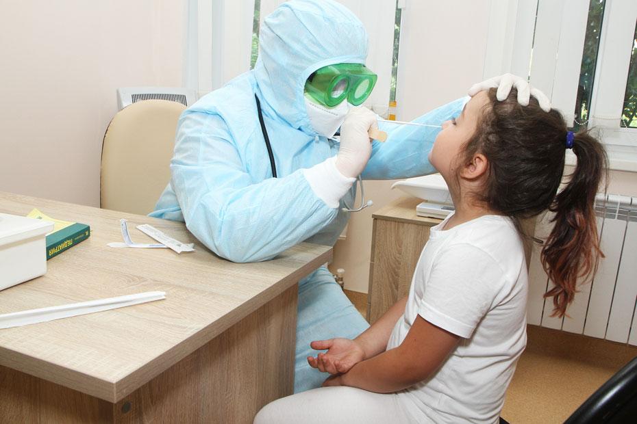 Сотрудница поликлиники берет мазок у пациентки